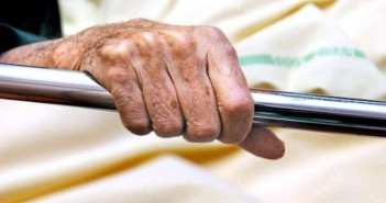 _90437020_c0025463-hand_of_elderly_patient_in_hospital_bed-spl